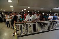 ATENÇÃO EDITOR: FOTO EMBARGADA PARA VEÍCULOS INTERNACIONAIS. SAO PAULO, SP, 31 DE DEZEMBRO DE 2012. APOSTAS DA MEGA SENA DA VIRADA. Após queda no sistema de apostas, filas para apostar na Mega Sena da Virada estão longas em lotérica do shopping Eldorado, na zona oeste da capital paulista. O prêmio sorteado será de 230 milhões de reais. FOTO ADRIANA SPACA / BRAZIL PHOTO PRESS