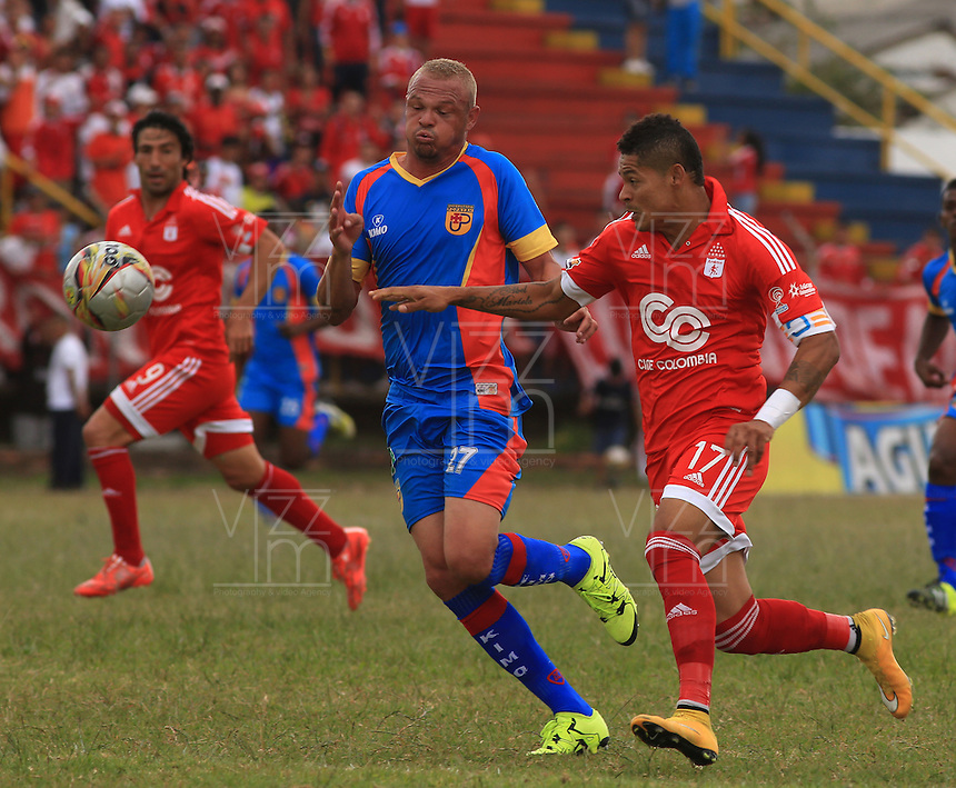 POPAYÁN -COLOMBIA-09-08-2015. William Do Santos (Izq) jugador de Universitario de Popayán disputa el balón con Ayron del Valle (Der) América de Cali durante partido de vuelta de la fecha 5 del Torneo Águila 2015 jugado en el estadio Ciro Lopez de Popayán./ William Do Santos (L) player of Universitario de Popayan vies for the ball with Ayron del Valle (R) player of America de Cali during the second leg match for the 5th date of the Aguila Tournament 2015 played at Ciro Lopez stadium in Popayan. Photo: VizzorImage/Juan C. Quintero/