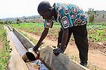 Malawi, Thyolo, NGO CARD Churches Action in Relief and Development, Bewaesserungssystem im Dorf Samuti, Farmer John Chimwaye, 56  am Bewaesserungskanal