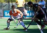 BLOEMENDAAL   - Hockey -  2e wedstrijd halve finale Play Offs heren. Bloemendaal-Amsterdam (2-2) . A'dam wint shoot outs. Tim Swaen (Bldaal)  met Valentin Verga (A'dam)  COPYRIGHT KOEN SUYK