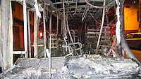 SAO PAULO, SP, 30-04-2014, ONIBUS INCENDIADO. Varias pessoas atearam fogo em um onibus na Av  Luiz Pequini em São Bernardo do Campo, nessa quarta-feira (30).       Luiz Guarnieri/ Brazil Photo Press.