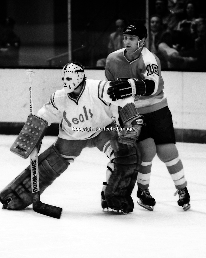 California Golden Seals Goalie Gilles Meloche with Philadelphia Flyers Ross Lonsberry. (1975 photo by Ron Riesterer)