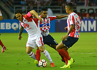 BARRANQUIILLA - COLOMBIA, 29-11-2018:Luis Seijas  (Der.) de Junior disputa el balón con James Sánchez (Izq.) del Santa Fe durante el encuentro entre Atlético Junior de Colombia e Independiente Santa Fe de Colombia por la semifinal, vuelta, de la Copa CONMEBOL Sudamericana 2018 jugado en el estadio Roberto Meléndez de la ciudad de Barranquilla. / Luis Seijas  (R) of Junior struggles for the ball with James Sanchez (L) of Santa Fe during a semifinal second leg match between Atletico Junior of Colombia and Independiente Santa Fe of Colombia as a part of Copa CONMEBOL Sudamericana 2018 played at Roberto Melendez stadium in Barranquilla city Atletico Junior de Colombia e Independiente Santa Fe de Colombia en partido por la semifinal, vuelta, de la Copa CONMEBOL Sudamericana 2018 jugado en el estadio Roberto Meléndez de la ciudad de Barranquilla. / Atletico Junior of Colombia and Independiente Santa Fe of Colombia in Semifinal second leg match as a part of Copa CONMEBOL Sudamericana 2018 played at Roberto Melendez stadium in Barranquilla city.  Photo: VizzorImage/ Alfonso Cervantes / Cont