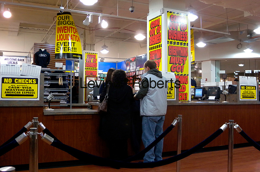 Customers shop at a Steve & Barry's clothing store in New York on Sunday, November 30, 2008. The chain announced that it will be shutting all 173 stores and have a liquidation sale of approximately $250 million worth of merchandise. (© Richard B. Levine)