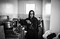 Gaza, Khuzaa: Sabrine Al Najar pr&eacute;pare le repas &agrave; l&rsquo;int&eacute;rieur de la petite cuisine de son conteneur. 31/10/14<br /> <br /> Gaza, Khuzaa: Sabrine Al Najar is cooking inside the small kitchen in her container. 31/10/14