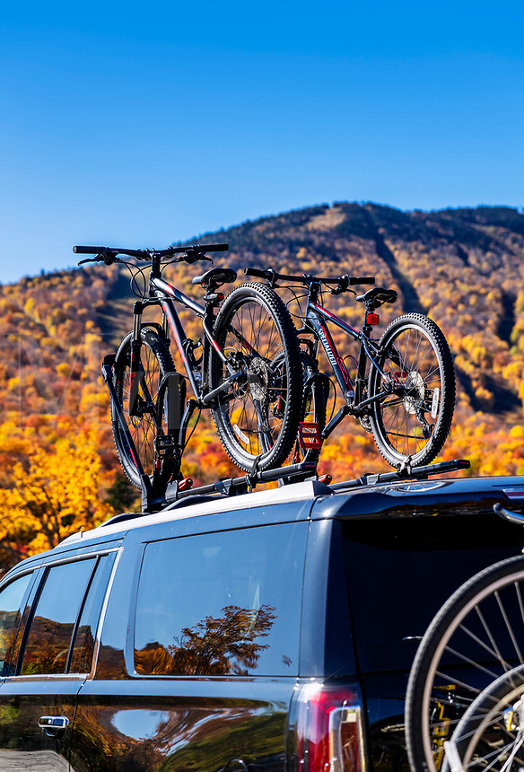 Mountain bikes strapped to the roof of an SUV.