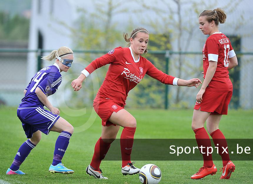 RSC Anderlecht Dames - FC Twente : Tessa Klein Braskamp aan de bal voor Stephanie Van Gils (links).foto DAVID CATRY / Nikonpro.be