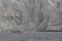 (((ACOMPAÑA CRÓNICA: ECUADOR ANTÁRTIDA))) QUI504. QUITO (ECUADOR), 18/11/2011.- Fotografía de febrero de 2011 de varios científicos trabajando en el mar de la Antártida.Científicos de la región trabajan en la Antártida para entender el deshielo de los glaciares en los Andes y las propiedades de bacterias capaces de limpiar derrames de crudo. EFE/Instituto Antártico Ecuatoriano (INAE)/SOLO USO EDITORIAL/NO VENTAS