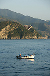 Village de Corniglia vu depuis la mer. Parc national des Cinque Terre. Ligurie. Italie.