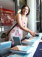 SAO PAULO,  04 DE AGOSTO DE 2012. CAMPANHA SONINHA FRANCINE.  A candidata  a prefeitura de Sao Paulo, Soninha Francine, participa do lançamento do livro Cooperativa dos Vendedores Autônomos do Parque do Ibirapuera', de Mônica Dallari, no Museu de Arte Moderna de São Paulo, na manha deste sabado. FOTO: ADRIANA SPACA - BRAZIL PHOTO PRESS