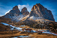 Italien, Suedtirol (Trentino - Alto Adige), Groednertal oberhalb von Wolkenstein an der Sellajoch Passstrasse: in schneearmen Wintern wird mit Hilfe von Schneekanonen der Skibetrieb aufrecht erhalten - Langkofelgruppe (3.181 m) | Italy, South Tyrol (Trentino -Alto Adige) above Selva di Val Gardena at Passo Sella: in snowless winters ski runs are prepared through snow guns - Sassolungo mountains (3.181 m)