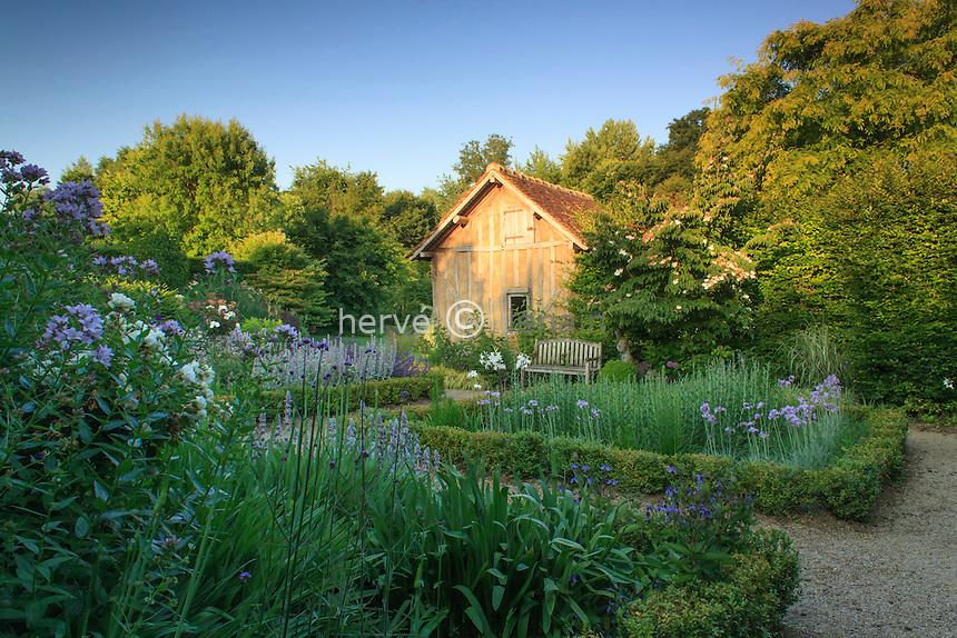 """Jardins du pays d'Auge (mention obligatoire dans la légende ou le crédit photo):.jardin """"le repos du jardinier"""" formé de 4 carrés bordés de buis et plantes à dominantes bleues,"""