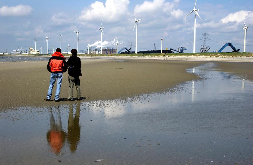 Vlissingen/Borssele, 17 mei 2003<br />Milieudefensie en Vereniging Redt de Kaloot <br />organiseren op zaterdag 17 mei van 10.00 tot 12.00 uur een feestelijke <br />protestmanifestatie op het strand de Kaloot in Vlissingen-Oost. De <br />milieuorganisatie en honderden sympathisanten van dit Zuid- Bevelandse <br />strand zoeken die dag naar fossielen en doen op ludieke wijze een grote <br />'archeologische' vondst; een dertig meter lange prehistorische slang. De <br />actievoerders protesteren hiermee tegen de bouwplannen van de provincie <br />Zeeland, waarbij het strand dreigt te verdwijnen voor een containerhaven.<br /><br />De provincie Zeeland wil op de plek van het strand de Kaloot de<br />Westerschelde Containerterminal (WCT) bouwen. Daarmee dreigt het enige<br />strand van Zuid-Beveland te verdwijnen en een overslagplaats te worden<br />voor containers. De Kaloot in Vlissingen-Oost staat bekend als<br />vindplaats van fossielen en wordt 's zomers druk bezocht door badgasten.<br />Volgens Milieudefensie veroorzaakt de komst van de WCT ernstige schade<br />aan de Zeeuwse natuur en aan het landschap. Met de aanleg van de<br />containerterminal gaat 140 hectare buitendijks gebied verloren. 'De<br />provincie moet niet proberen de Randstad te imiteren, zegt Vera Dalm,<br />directeur van Milieudefensie. 'Zij zou juist de rust en ruimte in<br />Zeeland moeten koesteren.'<br /><br />Foto (c) Michiel Wijnbergh