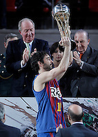 KIng Juan Carlos I of Spain (l) and the President of ACB Eduardo Portela with the captain of FC Barcelona Regal Juan Carlos Navarro during the Spanish Basketball King's Cup Final match.February 07,2013. (ALTERPHOTOS/Acero)