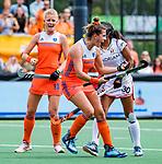 Den Bosch  -  Frederique Matla (Ned) brengt de stand op 1-0  tijdens  de Pro League hockeywedstrijd dames, Nederland-Belgie (2-0). links Caia Van Maasakker (Ned) , rechts Ambre Ballenghien (Belgie) .    COPYRIGHT KOEN SUYK