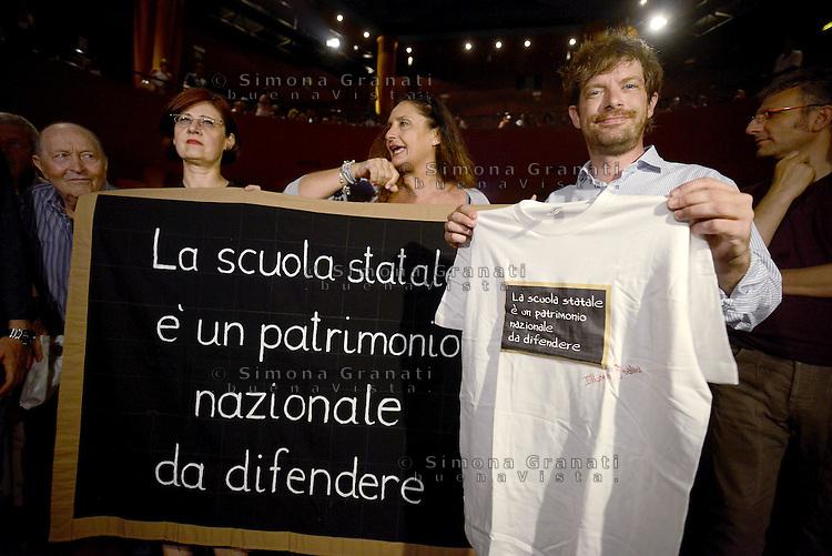 Scuola, lavoro, democrazia.<br /> Assemblea al Teatro Palladium di Garbatella promossa da Pippo Civati con una maglietta in difesa della scuola.