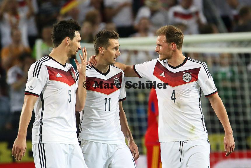 Torjubel um Miroslav Klose (D) mit Mats Hummels und Benedikt Höwedes beim 4:1 - Deutschland vs. Armenien in Mainz