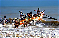Barco de pescadores, Prado, Bahia. 1999. Foto de Juca Martins.