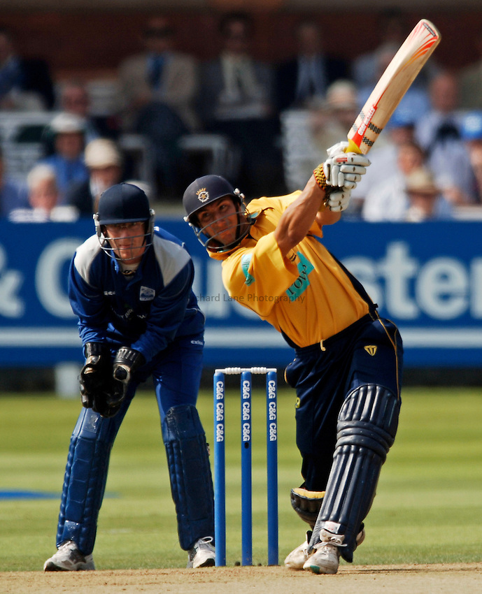 Photo: Glyn Thomas..Hampshire v Warwickshire. C&G Trophy Final..03/09/2005..Hampshire's Nic Pothas (R) hits out as Tony Frost looks on.
