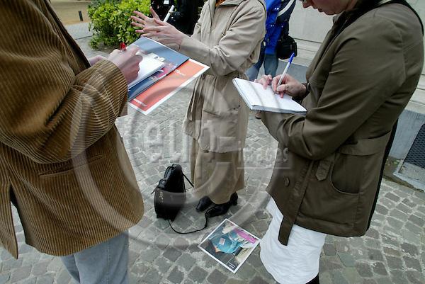 BRUSSELS - BELGIUM - 26 APRIL 2005 --Journalists interviews.-- PHOTO: ERIK LUNTANG / EUP-IMAGES..