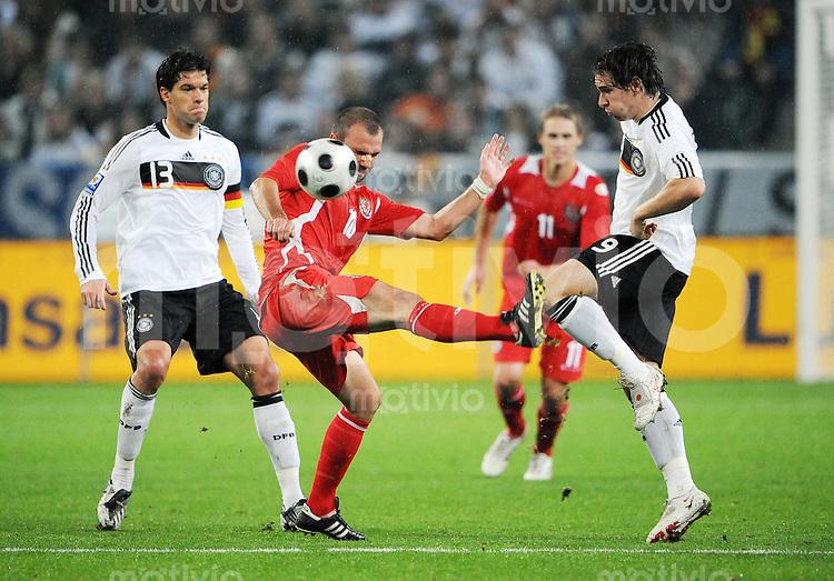 FUSSBALL   INTERNATIONAL   WM-QUALIFIKATION 2010 Deutschland - Wales               15.10.2008 Michael BALLACK (li) und Patrick HELMES (re, beide Deutschland) gegen Carl FLETCHER (Mitte, Wales)