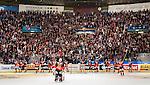 ***BETALBILD***  <br /> Stockholm 2015-09-19 Ishockey SHL Djurg&aring;rdens IF - Skellefte&aring; AIK :  <br /> Djurg&aring;rdens spelare med m&aring;lvakt goalkeeper Mikael Tellqvist l&auml;ngst bak jublar med Djurg&aring;rdens supportrar efter matchen mellan Djurg&aring;rdens IF och Skellefte&aring; AIK <br /> (Foto: Kenta J&ouml;nsson) Nyckelord:  Ishockey Hockey SHL Hovet Johanneshovs Isstadion Djurg&aring;rden DIF Skellefte&aring; SAIK jubel gl&auml;dje lycka glad happy supporter fans publik supporters