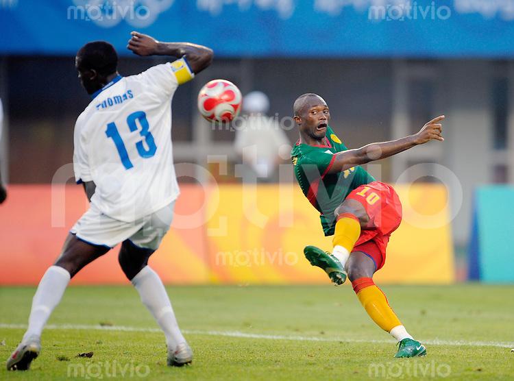 Olympia 2008  Peking  Fussball  Maenner   10.08.2008 Kamerun - Honduras Christian BEKAMENGA (re, CMR) im Zweikampf mit Henry THOMAS (li, HON).