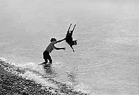 - Villaggio albanese, Queparo (Cepar&ograve;, agosto 1993); pastore lava una capra<br /> <br /> -  Albanian  Village, Queparo (Cepar&ograve;, August 1993); shepherd wash a goat