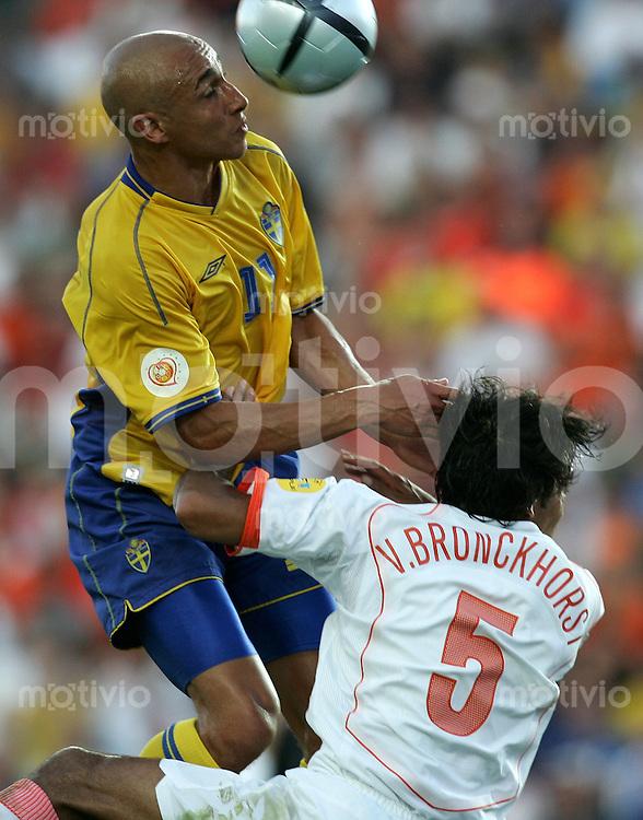 Fussball INTERNATIONAL EURO 2004 Schweden - Holland im Stadion Algarve in Faro-Lule Hendrik Larsson (SWE,li) beim Kopfball gegen Giovanni Van Bronckhorst (NED,re)