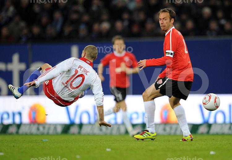 FUSSBALL   1. BUNDESLIGA   SAISON 2010/2010   25. Spieltag Hamburger SV - Mainz 05                  06.03.2011 Mladen PETRIC (li, Hamburg) gegen Nikolce NOVESKI (re, Mainz)