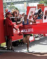 BOGOTA – COLOMBIA – 16-03-2013: Javier Guarin, de Boyaca, se impuso en la segunda versión del Avianca RunTour 2014, cerca de 10000 atletas participaron, por las calles de Bogota. Avianca impulsado a promover el atletismo como deporte universal, al tiempo contribuye a la salud de los niños de escasos recursos económicos que requieren atención medica y quirúrgica especializada, es asi como Avianca entrega a la Fundacion Cardio Infantil los dineros recaudados para la dotación de la Unidad de Cuidados Intensivos de Neonatos. / Javier Guarin, of Boyaca, won the second version of Avianca RunTour 2014, nearly 10,000 athletes participated, through the streets of Bogota. Avianca driven to promote athletics as universal sport, while contributing to the health of children of low income who require specialized medical and surgical care, is also Avianca delivery to the Fundacion Cardio Infantil, the monies raised for the endowment of the unit Neonatal Intensive Care. Photo: VizzorImage / Luis Ramirez / Staff.