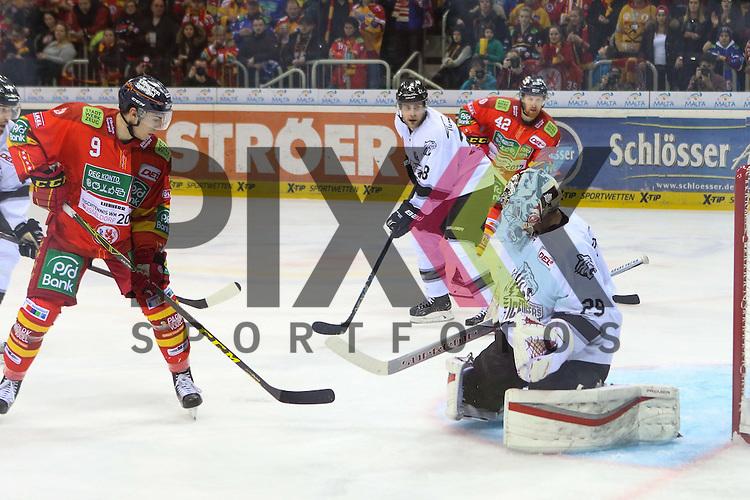 Duesseldorfs Maximilian Kammerer (Nr.9) scheitert an Nuernbergs Goalie Andreas Jenike (Nr.29) beim Spiel in der DEL Duesseldorfer EG (rot) - Nuernberg Ice Tigers (weiss).<br /> <br /> Foto &copy; PIX-Sportfotos *** Foto ist honorarpflichtig! *** Auf Anfrage in hoeherer Qualitaet/Aufloesung. Belegexemplar erbeten. Veroeffentlichung ausschliesslich fuer journalistisch-publizistische Zwecke. For editorial use only.