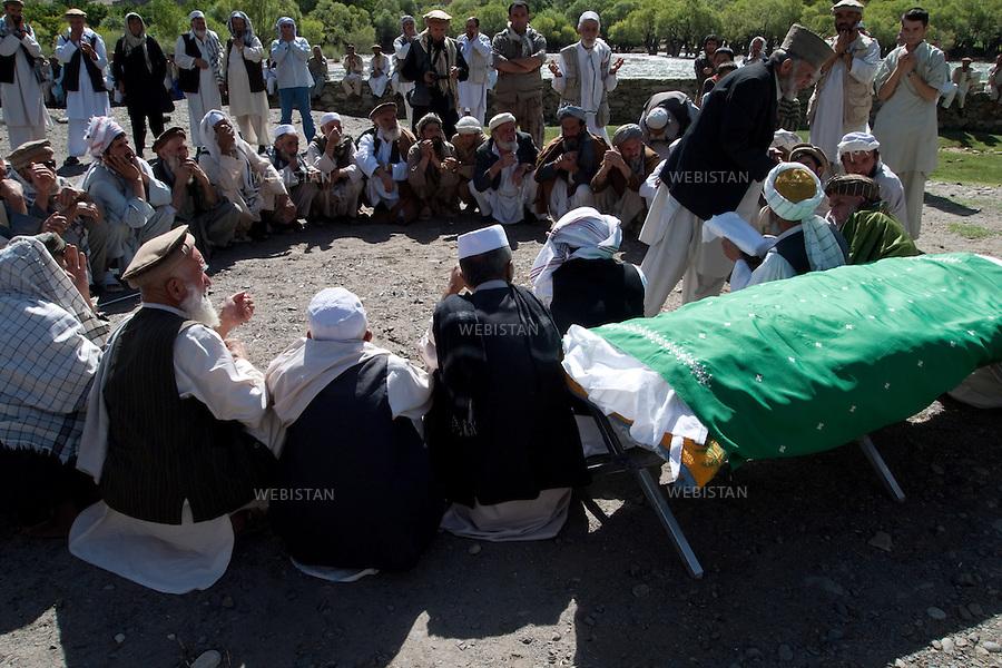 AFGHANISTAN - MALASPEH - 12 aout 2009 : Ceremonie traditionnelle pour les funerailles de la tante d'un ami cameraman de Massoud, Youssef Jan Nessar. ..AFGHANISTAN - MALASPEH - August 12th, 2009 : Traditional funeral ceremony for the aunt of Massoud's friend, cameraman Youssef Jan Nessar.