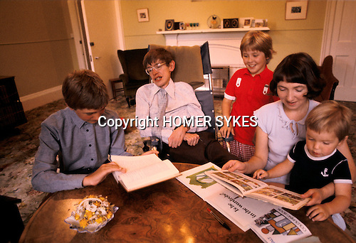 PROFESSOR STEPHEN HAWKING AT HOME WITH HIS YOUNG FAMILY CAMBRIDGE ENGLAND 1981. HIS FIRST WIFE JANE. 1980's UK.