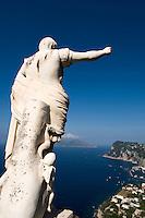 Italien, Capri, Hotel Caesar Augustus in Anacapri, Statue von Augustus, Blick auf Marina Grande