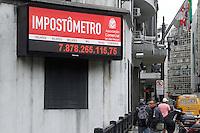 SAO PAULO, SP, 02 JANEIRO 2013 - ECOMONIA - IMPOSTOMETRO -  Painel do Impostômetro registra mais de 7,8 bilhões de reais, no centro de São Paulo, na tarde desta quarta- feira. Em 2012, a marca ultrapassou R$ 1,5 trilhão em tributos federais, estaduais e municipais pagos pelos brasileiros desde o primeiro dia do ano. (FOTO: AMAURI NEHN / BRAZIL PHOTO PRESS).