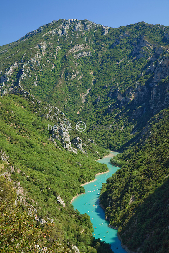 France, Var (83) et Alpes-de-Haute-Provence (04), Parc Naturel Regional du Verdon, l'entrée des Gorges du Verdon depuis le belvédère de Galetas // France, Alpes de Haute Provence, Parc Naturel Regional du Verdon (Natural Regional Park of Verdon), view on the entry of the Gorges of the Verdon river, view of the gorge from the Galetas panoramic viewpoint