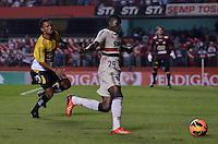 SÃO PAULO, SP, 05 DE SETEMBRO DE 2013 - CAMPEONATO BRASILEIRO - SÃO PAULO x CRICÚMA: Negueba (d) durante partida São Paulo x Criciúma, válida pela 18ª rodada do Campeonato Brasileiro de 2013, disputada no estádio do Morumbi em São Paulo. FOTO: LEVI BIANCO - BRAZIL PHOTO PRESS.