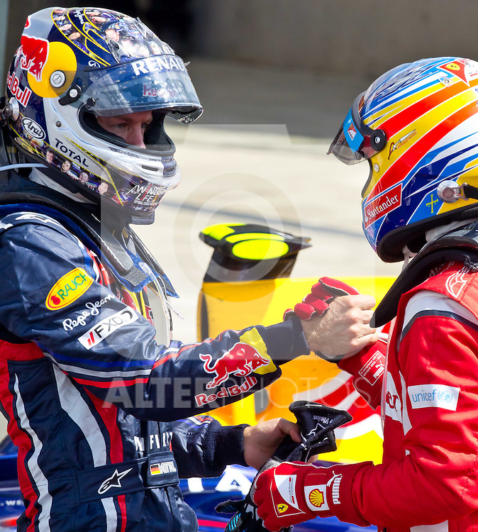 10.07.2011, Silverstone Circuit, Silverstone, GBR, F1, Großer Preis von Großbritannien, Silverstone, im Bild Handshake nach dem Rennen zwischen dem zweiten Sebastian Vettel (GER), Red Bull Racing-Renault und dem  Sieger Fernando Alonso (ESP), Scuderia Ferrari// during the during the Formula One Championships 2011 British Grand Prix held at the Silverstone Circuit, Northamptonshire, United Kingdom, 2011-07-10, EXPA Pictures © 2011, PhotoCredit: EXPA/ J. Feichter