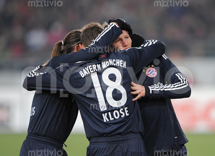 Fussball  DFB Pokal  Achtelfinale  Saison 2008/2009   27.01.2009   VfB Stuttgart - FC Bayern Muenchen JUBEL FC Bayern, Torschuetze zum 4-0 Bastian Scheinsteiger (re) wird von Miroslav Klose (Mitte) und Martin Demichelis umarmt