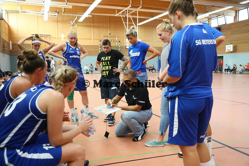 Trainer Conrad Jackson (SG Weiterstadt) erklärt die Taktik