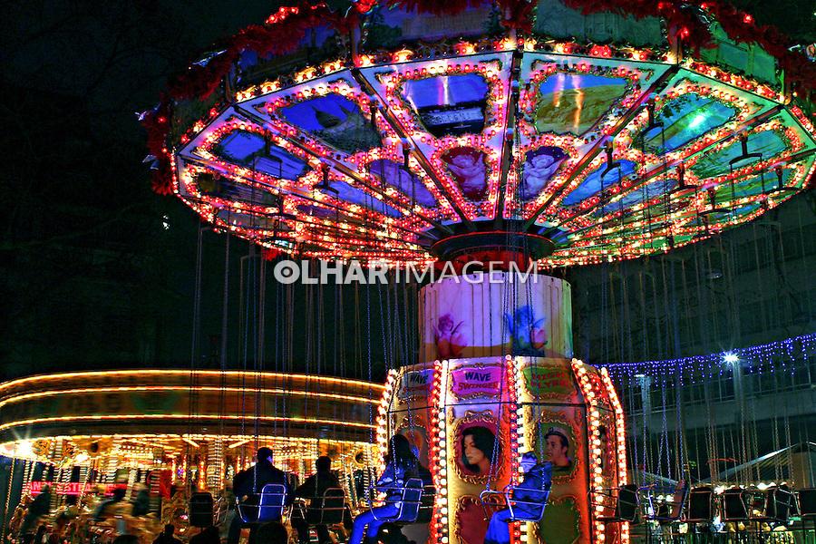 Carrossel em parque de diversões. Londres. Inglaterra. 2007. Foto de Marcio Nel Cimatti
