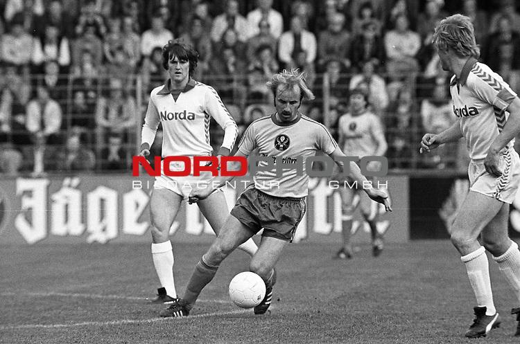 BS-Bremen. Aus 1. BL Saison 1976-77 Eintracht Brauschweig gegen Werder Bremen 0:1 am 07.05.1977. Am Ball BS Spieler Karl-Heinz Handschuh.                                                                                                    Foto:  nph / Rust