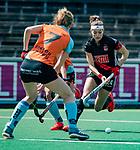 AMSTELVEEN  -   Eva de Goede (A'dam) met Willemijn Bos (Gro)  Hoofdklasse hockey dames ,competitie, dames, Amsterdam-Groningen (9-0) . Eva de Goede (A'dam) met     COPYRIGHT KOEN SUYK