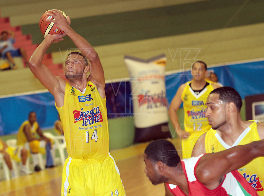 BUCARAMANGA -COLOMBIA, 23-03-2013.  Hernández de Búcaros Freskaleche lanza para encestar en  partido de la décimaoctava fecha de la Liga DirecTV de baloncesto profesional colombiano disputado en la ciudad de Bucaramanga./ Hernandez of Bucaros Freskaleche throws to score in game of the eighteenth date of the DirecTV League of professional Basketball of Colombia at Bucaramanga city. Photos: VizzorImage/Jaime Moreno/STR