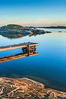 Spegling av brygga på Ut-Fredel i Stockholms ytterskärgård.