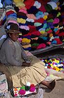 Amérique/Amérique du Sud/Pérou/Pisac : Le marché - Marchande de laines multicolores