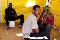 Tunisie RasDjir Camp UNHCR de refugies libyens a la frontiere entre Tunisie et Libye  refugees camp  Tunisian and Libyan border  Tunisia campo profughi di RasDjir al confine tra tunisia e LibiInterieur des tentes la vie de tous les jours..Internals everyday life ..All' interno delle tende vita quotidiana tre rifugiati