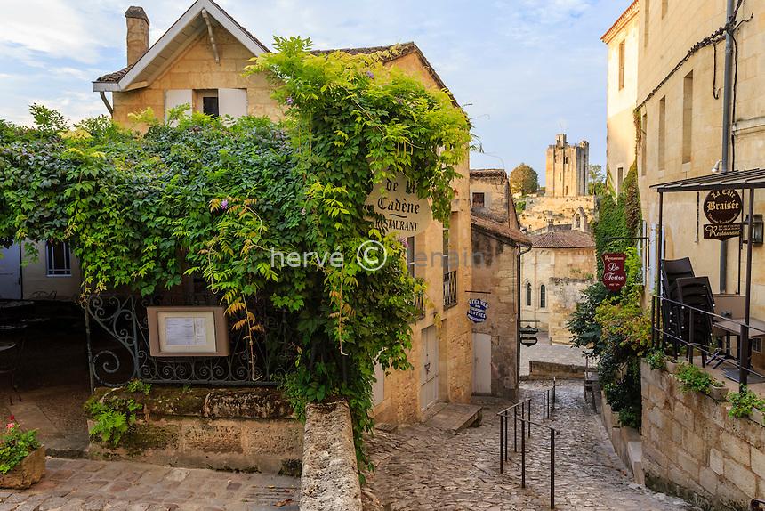 France, Gironde (33), Saint-Émilion, classé Patrimoine Mondial de l'UNESCO, ruelle en pente de la rue Tertre de la Tente // France, Gironde, Saint Emilion, listed as World Heritage by UNESCO, Tertre de la Tente street