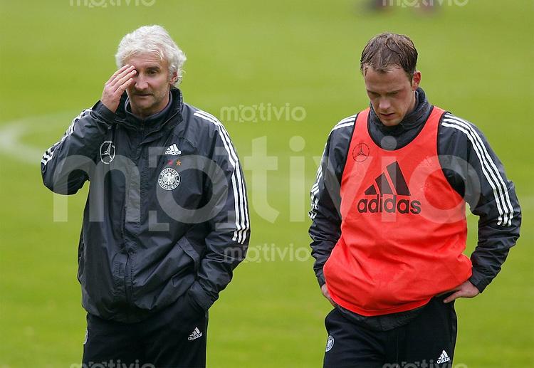 Fussball - Training der deutschen Nationalmannschaft in Barsinghausen Trainer Rudi Voeller (li) und Fabian Ernst
